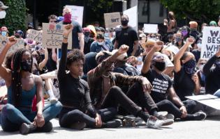 """""""תגידו תודה שאתם לא באמריקה""""? צעירי המחאה הישראלים מזועזעים ממה שקורה שם ופה"""