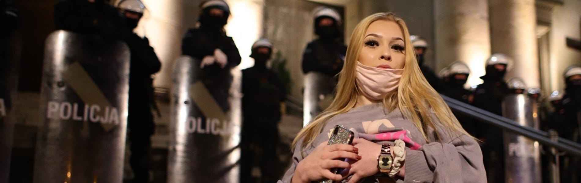 חוקי הפלות מחמירים ופוליטיקאים קיצוניים: מה גרם לנשות פולין לצאת לרחובות?