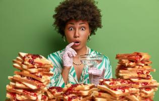 אוכלים ללא הפסקה בסגר? כך תזהו ותעצרו אכילה רגשית