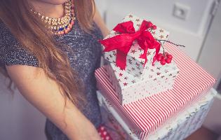 מתנות לחגים: המוצרים השווים שכולם ישמחו לפתוח איתם את השנה